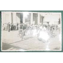 Fotografia Antigua Original Carrera Bicicletas Moto 1954