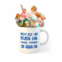 Taza de porcelana con caramelos