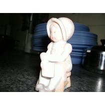 Pequeña Figura De Niña Aldeana En Biscuit