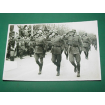 Fotografia Antigua Soldados Uniformes Guerra Desfile Saludo