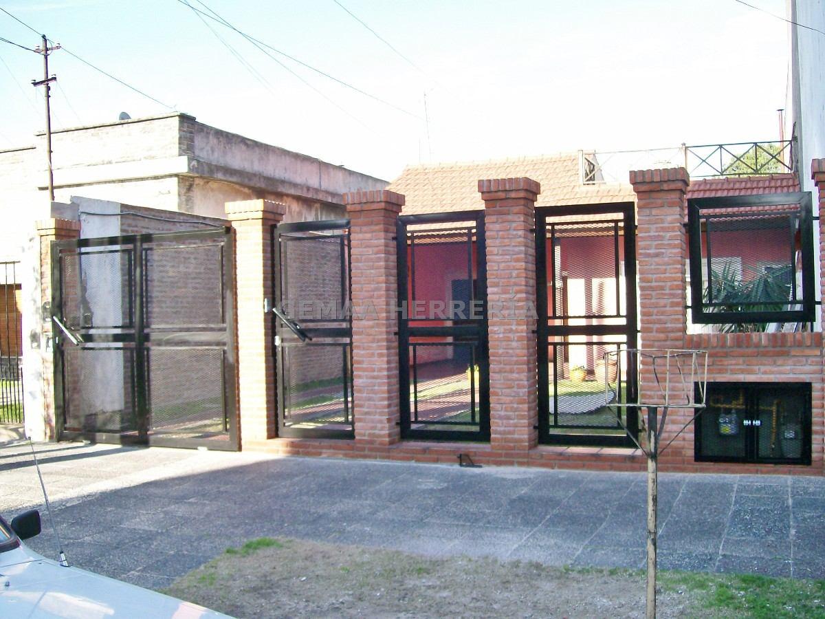 Pin herreria puertas portones clasf pictures on pinterest for Puertas de madera para frentes de casas