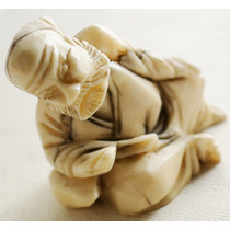 Pequeña Escultura Netsuke Japonés De Material Noble Sellada