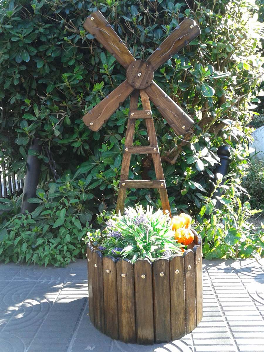 Porta macetas molino y aljibe macetero de madera for Adornos de jardin en madera