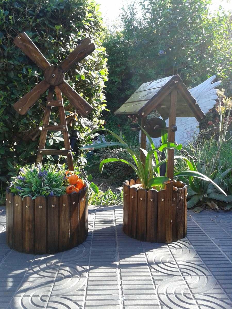 Porta macetas molino y aljibe macetero de madera for Arreglos de jardines con macetas