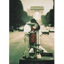 Poster De Una Pareja Delante Del Arco Del Triunfo, Paris