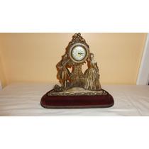 Un Reloj Con Figuras Muy Delicado