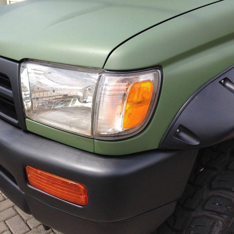 Adesivo para envelopamento automotivo jateado verde militar larg. 1,38 m
